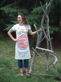 Tutorial: Making a butcher apron from vintage flour sack Vintage Diy, Vintage Sewing, Flour Sack Towels, Flour Sacks, Apron Tutorial, Cute Aprons, Sewing Aprons, Altered Couture, Feed Sacks
