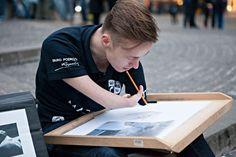 Artista que nasceu sem os braços faz desenhos hiperrealistas incríveis