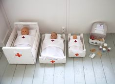 TOY HOSPITAL // patients (dolls), beds + bedding, medication (sweets in pots)… Diy For Kids, Crafts For Kids, Dramatic Play Centers, Box Bed, Play Centre, Child Doll, Pretend Play, Role Play, Diy Toys