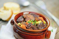 Originálny názov jedla je Boeuf Bourguignon. Je to výdatné jedlo, ktoré sa hodí na obed počas sychravého dňa, keď potrebujete dotankovať energiu. Dessert, Pot Roast, Beef, Ethnic Recipes, Alternative, Greedy People, Meal, Kitchens, Carne Asada
