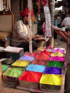 L'8 marzo a #Udaipur (Rajasthan) gli hindu danno il benvenuto alla primavera cospargendosi letteralmente di colori per la Festa di #Holi. Foto di Fabio Borsari