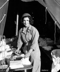 Une nurse du ANC (ARMY NURSE CORPS. Corps des infirmières militaires) sous une tente prépare des pansements.  A nurse from the ANC (ARMY NURSE CORPS. Corps military nurses) in a tent preparing dressings. This is the 2nd Lt. Margaret Stanfill of the 128th Evacuation Hospital. Photo taken on June 14, 1944 Boutteville (Manche) The 128th Evac. Hospital arrived in Utah on June 10 at 3:30 p.m. Liberty Ship William N. Pedleton and moved to Boutteville until June 22. google translation