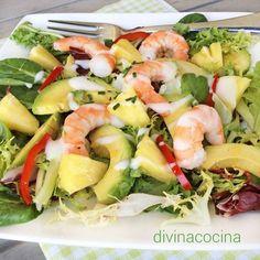 Esta ensalada tropical es sencilla y festiva, con mariscos, las notas frescas y frutales que aportan el aguacate y la piña, y una vinagreta muy especial.