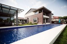 Pool side view Side View, Home Fashion, Mansions, House Styles, Outdoor Decor, Home Decor, Decoration Home, Room Decor, Fancy Houses