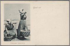 Twee vrouwen in Arnemuider streekdracht.