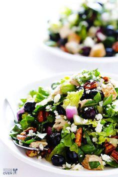 Hühnchen + Salat + Heidelbeeren + geröstete Pekannüsse + rote Zwiebeln + Blauschimmel-Käse + Senf-Dressing = JA BITTEZum Rezept.