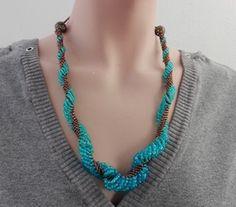 Deze ketting is gemaakt van hemelsblauwe rocailles, warm bruine kraaltjes en…