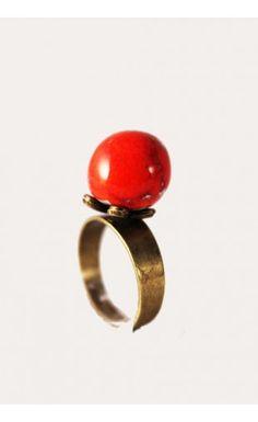 Bague solitaire en céramique - Rouge  http://eva-arlettaz.com/bijoux-artisanaux/336-bague-solitaire-en-ceramique-rouge.html