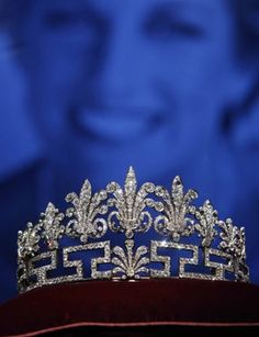 Another Spencer tiara; the second Spencer tiara. Diana never wore it as she preferred the other one. Diana's grandmother received this crown for the coronation of Queen Elizabeth II. (It's also called the honeysuckle tiara. Royal Crown Jewels, Royal Crowns, Royal Tiaras, Royal Jewelry, Tiaras And Crowns, Gold Crown, Princesa Diana, Faberge Eier, Spencer Family