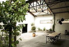 L'espace outdoor en béton avec un aspect industriel très prononcé