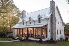 The modern farmhouse style isn't just for rooms. The farmhouse exterior design totally reflects the whole style of the home and the family tradition also. It totally reflects the entire style… Building A Porch, Metal Building Homes, Metal Homes, Building A House, Southern Farmhouse, Rustic Farmhouse, Farmhouse Style, Southern Charm, Fresh Farmhouse
