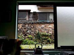 店舗の裏窓を開けると、有田の歴史を伝える『トンバイ塀』が見れます。 - 銀河釉 + 菖蒲の隠者 collaboration gallery