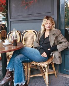 If you want to look chic and timeless this fall, you've come to the right place. Here are 5 Parisian fall outfits combos you're going to want to copy ASAP! Parisian Style Fashion, French Fashion, Vintage Fashion, Mode Outfits, Jean Outfits, Fashion Outfits, Jeans Fashion, Fashion Quiz, Fashion Top