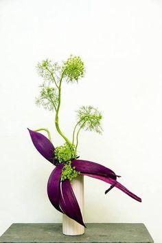Photo Contemporary Flower Arrangements, White Flower Arrangements, Creative Flower Arrangements, Ikebana Flower Arrangement, Ikebana Arrangements, Art Floral Japonais, Art Japonais, Deco Floral, Arte Floral