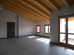 Foto interna di un appartamento, soggiorno con angolo cottura