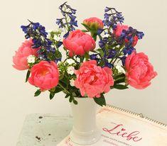 Pink Petals - Blumenabo von StarFlower Die wunderschönen rosafarbenen Pfingstrosen geben in unserem Bouquet diese Woche den Ton an. Mit ihren großen Blüten sind sie eine der schönsten Blumen im Frühling. Weißer Phlox und leuchtend blauer Rittersporn haben frischen Schwung und sommerliche Raffinesse im Gepäck. Star Flower, Table Decorations, Flowers, Pink, Home Decor, Delphinium, Pentecost, Beautiful Flowers, Creative