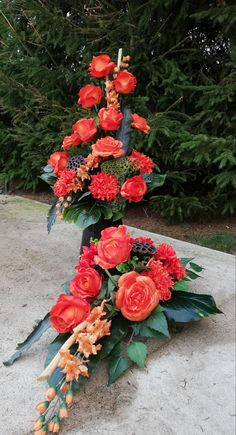 Funeral Flowers, Center Table, Flower Arrangements, Diy And Crafts, Halloween, Floral Arrangements, Floral Design, Bouquets, All Saints Day