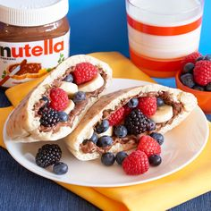 In this easy morning recipe, fun comes in the form of pita pockets with Nutella®. Fill yours with fruit and add a glass of milk for a breakfast that would get any kid out of bed. Nutella Cafe, Nutella Snacks, Nutella Recipes, Nutella Brownies, Pita Pockets, Quick Snacks, Morning Food, I Love Food, Kids Meals