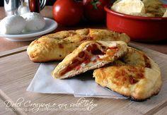 I Panzerotti ripieni al forno con pomodoro e mozzarella sono davvero deliziosi, facili e saranno apprezzati propio da tutti. Ottimi caldi e filanti