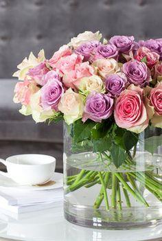 Bred sylindervase egner seg til større buketter. Spring Time, Glass Vase, Table Decorations, Rose, Flowers, Plants, Inspiration, Home Decor, Beauty