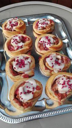 Rabarbersnegle med romglasurRabarbersnegle med romglasur, er et nyt frisk pust til den klassiske kanelsnegle, som selvfølgelig også smager sindsygt godt. Rabarbersneglene er super lækre med den lækre romglasur, der lige runder det hele af! Det skal du bruge:Dej:25 g. gær Baking Recipes, Cake Recipes, Dessert Recipes, Sweet Desserts, Healthy Desserts, Danish Food, Food Crush, How To Cook Eggs, Cake Toppings