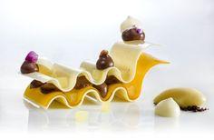 Sfoglie di cioccolato bianco e vaniglia con cremoso alla fava di Tonka e sorbetto al passion fruit - ricetta inserita da Fabrizio Fiorani
