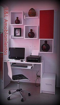 escritorio con cubos y estantes flotantes