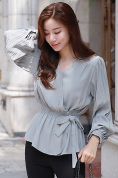 Flare of blouse gives a slightly peplum look /fitted cuffs. Ulzzang Fashion, Hijab Fashion, Fashion Dresses, Women's Fashion, Fashion Tips, Blouse Styles, Blouse Designs, Dress Styles, Blouse Peplum