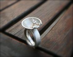 Dieser tolle Ring zeigt den Froschkönig in seinem Brunnen. Ein Hingucker, den garantiert keiner hat.