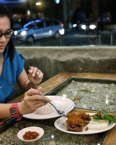 #Bali #DewiSri > Ayam Goreng Bumbu Kuning khas @WarungPopoBali kremesnya beda dari yang lain & juga bumbunya meresap sampai kedalam. Oh iya sambelnya juga bikin makan jadi tambah lahap