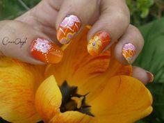 Nail art dégradé orangé au fan brush et fleur aux pointillés....