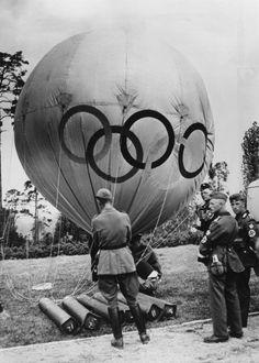 Aus der Vogelperspektive: Die Olympiafilmgesellschaft schickte einen Ballon in die Luft, an dem eine selbsttätige Filmkamera befestigt war. Berlin, 1936. o.p.