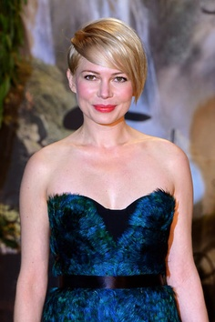 Michelle Williams at the Oz premiere in London. See all the promo tour beauty looks here: