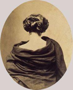 """Nadar, Marie Laurent de dos. """"Rittrato"""" se retirer. La féminitite : une chevelure et une nuque."""