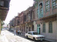 Calle popular con casas tradicionales en Bagdad.