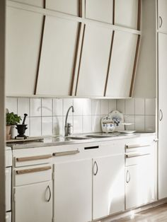 Simple Stylish Old Kitchen Cabinet Ideas – Decorating Ideas - Home Decor Ideas and Tips 60s Kitchen, Old Kitchen Cabinets, Kitchen Cabinet Doors, Vintage Kitchen, Kitchen Dining, Kitchen Walls, Diy Kitchen Decor, Kitchen Interior, Home Decor