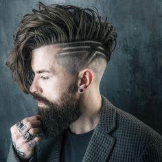 Mann mit alternativer Frisur und Bart