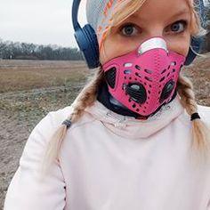 Moda zima 2019. Niby troszkę śmieszne, ale też bardzo smutne. Jakoś ciągle mało o tym smogu na fit profilach 🤔 jednak płaski brzuch lepiej się sprzedaje 😁 Długo zwlekałam z recenzją mojej maski antysmogowej do biegania, bo najzwyczajniej - dla mnie za mało jej używałam, żeby wyrażać opinię. Moje zasady: - bez maski biegam, kiedy powietrze jest dobrej jakości - z maską biegam, kiedy jakość powietrza jest umiarkowana - kiedy jakość powietrza jest zła lub bardzo zła, trening robię w domu lub…