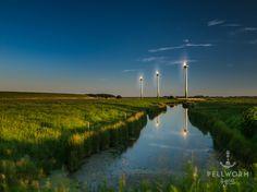 Der Bupheverkoog ist der jüngste Teil der Insel Pellworm. Erst 1938 wurde die Fläche eingedeicht und somit bewohnbar und landwirtschaftlich nutzbar gemacht.  Wer vom Hafen von Tammensiel außendeichs in diese Richtung startet, der merkt schnell: man begenet immer weniger Menschen dafür aber immer mehr Schafen. Es wird noch ruhiger, als man es ohnehin von Pellworm kennt.   #Bupheverkoog #Langzeitbelichtung #Pellworm #Sonnenuntergang #Windkraft #Windrad #Windräder