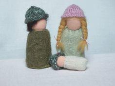 Famille de poupées de sol conte sur table jouet par mamancigogne, €19.00