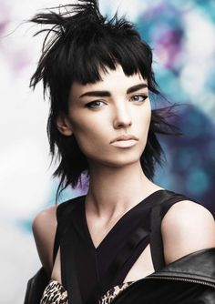 Intentionally uneven bangs have an effortlessly cool, It girl vibe. If you're looking for some runway inspiration, we've rounded up 17 uneven bang hairstyles that have major I-did-it-myself style. Medium Hair Styles, Short Hair Styles, Punky Hair, Hair Expo, Mullet Hairstyle, Foto Fashion, Wavy Bob Hairstyles, Modern Haircuts, Haircut And Color