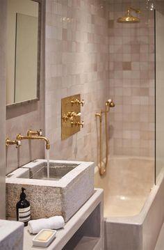 lavabo-piedra-natural-griferia-dorada-apartamento-vacaciones-en-puerto-soller-terraza-con-vistas