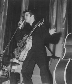 Elvis live in Philadelphia april 5 1957 . A classic picture of Elvis. Sun Records, Young Elvis, Band Photography, John Lennon Beatles, Patrick Swayze, Elvis Presley Photos, Buddy Holly, Chuck Berry, Graceland