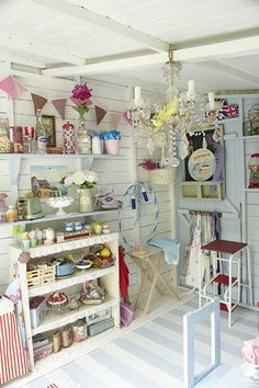 Shabby Chic Craft Shed. I want a shabby chic craft shed. Jardin Style Shabby Chic, Shabby Chic Garden, Shabby Chic Crafts, Shabby Chic Homes, Shabby Chic Decor, Playhouse Interior, Shed Interior, Playhouse Ideas, Girls Playhouse