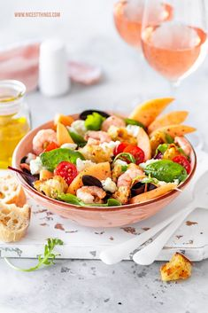 Brotsalat Rezept Panzanella mit Cantaloupe-Melone, Garnelen und Burrata #brotsalat #panzanella #melone #burrata #garnelen #salatrezepte #myprovencemoment #letsstayrosé #wellalwayshaveprovence #vinsdeprovence #roséwein #provence Cantaloupe And Melon, Food Design, Bread Salad, Healthy Nutrition, Caprese Salad, I Love Food, Food Photography, Shrimp, Healthy Food Recipes