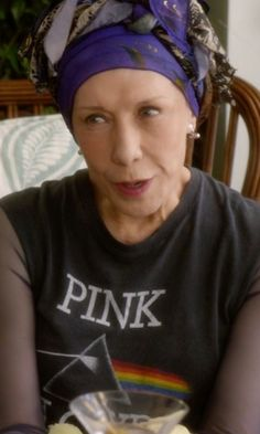 Identify products seen with Frankie Bergstein (Lily Tomlin) including clothes, sunglasses, shoes and more.