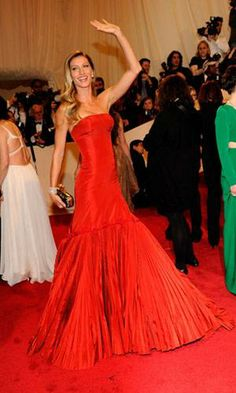 Supermodel Gisele Bundchen tears up the red carpet in a spanish-style Alexander McQueen. The dress is so dramatic with the pleated mermaid skirt and the slim bodice. She looks gorgeous.