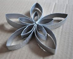 étoile en rouleau de papier toilette (tuto) - basically what their saying is this star is made out of toilet paper rolls. Cheap and cute! Toilet Paper Roll Art, Toilet Paper Roll Crafts, Cardboard Crafts, Paper Towel Roll Crafts, Paper Towel Rolls, Christmas Deco, Christmas Projects, Holiday Crafts, Origami