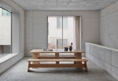Para la edición 2015 del Salón del Mueble de Milán, el arquitecto británico David Chipperfield ha diseñado una colección de muebles por encargo de lamarca alemana e15. Su gama deproductosabarca una mesa de madera maciza, un banco y una mesilla...