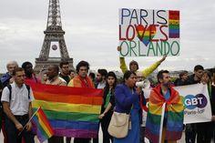 La Tour Eiffel aux couleurs de l'arc-en-ciel gay